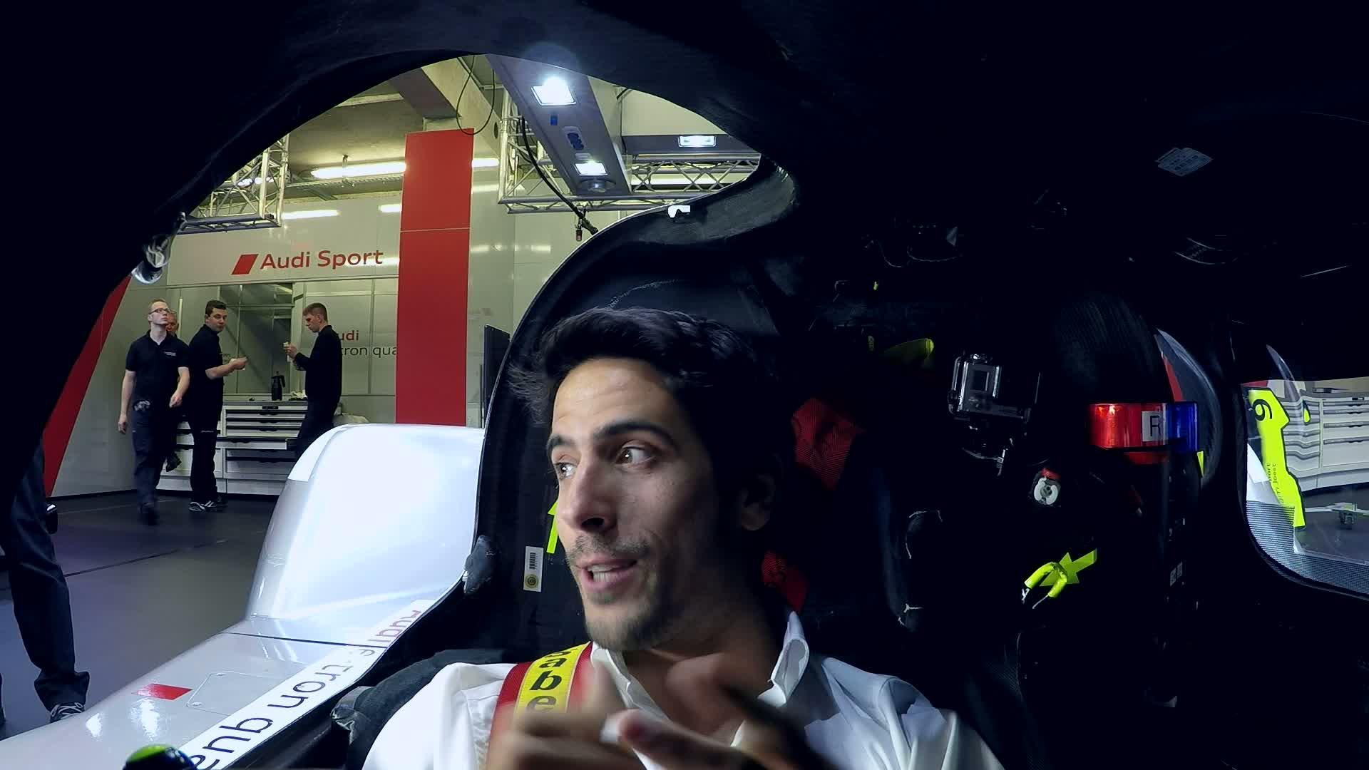 Lucas di Grassi erklärt seinen Arbeitsplatz im Audi R18 Cockpit