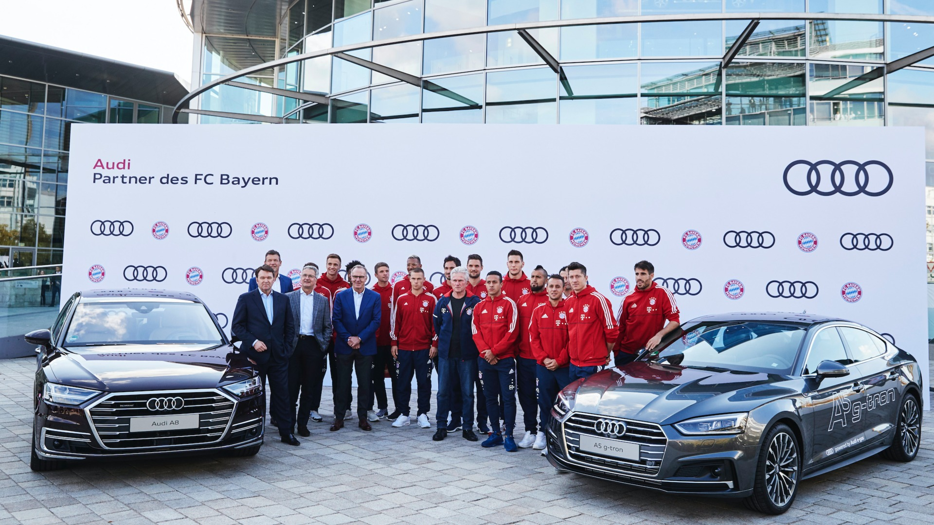 Footage: FC Bayern München receives new Audi models